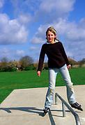 AF5CN8 Children playing at a skate park