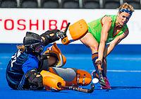LONDEN - Carlien Dirkse van den Heuvel (Ned) keeper Josine Koning (Ned)   tijdens de training in het Lee Valley Hockeystadium bij het  wereldkampioenschap hockey voor vrouwen. Het Nederlands elftal maakt zich op voor de kwartfinale .  COPYRIGHT KOEN SUYK