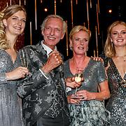 NLD/Amsterdam/20191009 - Uitreiking Gouden Televizier Ring Gala 2019, Chateau Meiland wint de Gouden televizier ring 2019, Martien Meiland, Erica Meiland en dochters Maxime en Montana