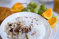 Frukost på Amtrak Empire Builder kan vestå av huvregrynsgröt, nötter, mjölk och frukt.<br /> <br /> Foto: Christina Sjögren