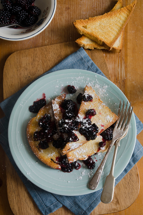 French toasts with blackberries and cinnamon