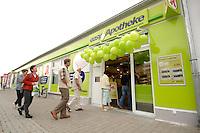 """17 AUG 2007, BERLIN/GERMANY:<br /> Aussenansicht der Discountapotheke """"easyApotheke"""" in Berlin-Hohenschoenhausen am ofiziellen Eroeffnungstag<br /> IMAGE: 20070817-01-001<br /> KEYWORDS: billig, Gesundheit, preiswert, Discount, Apotheke"""