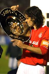 O capitão do Internacional, Fernandão comemora o título da Copa Libertadores da América 2006  após empatar com o São Paulo (SP) na segunda partida da final que foi realizada no Estádio Beira Rio, em Porto Alegre. FOTO: Jefferson Bernardes/Preview.com