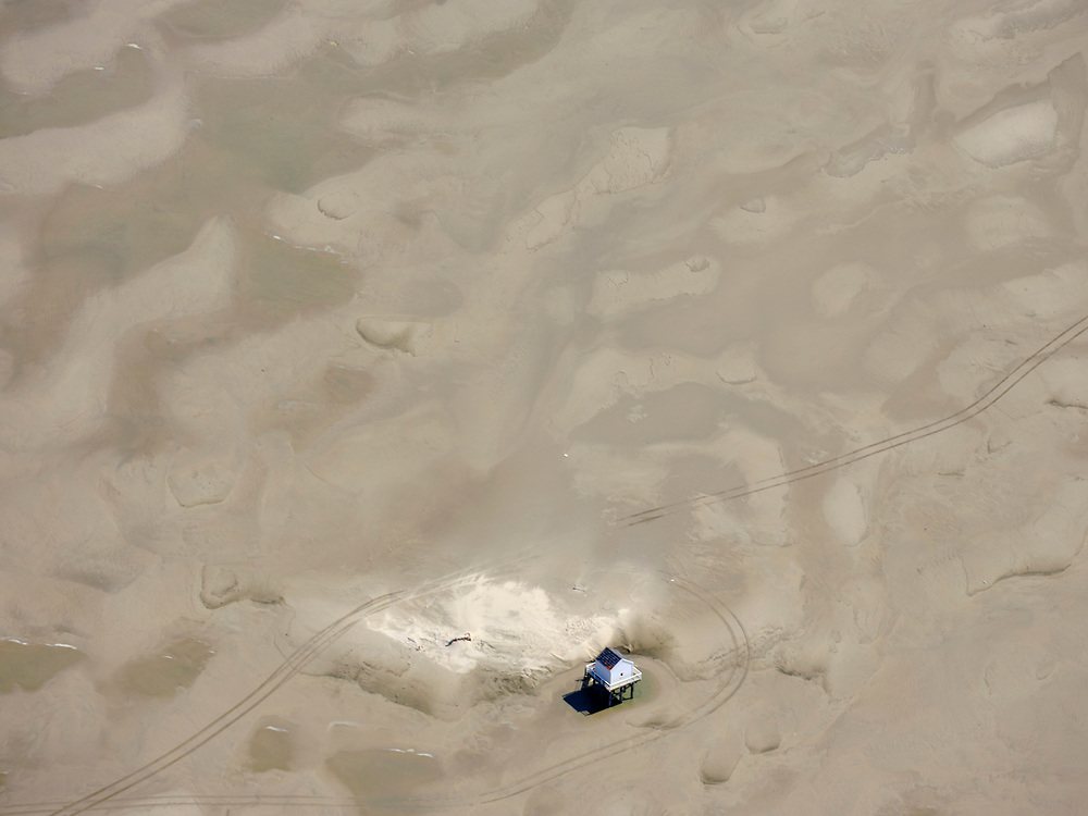 Nederland, Friesland, Vlieland, 07-05-2021; West-Vlieland met de Vliehors. Militair oefenterrein van de Koninklijke Luchtmacht, voormalige Cavalerie Schietkamp. Drenkelingenhuisje. <br /> West-Vlieland met de Vliehors. Militair oefenterrein van de Koninklijke Luchtmacht, voormalige Cavalerie Schietkamp. The cottage for castaways. <br /> luchtfoto (toeslag op standard tarieven);<br /> aerial photo (additional fee required)<br /> copyright © 2021 foto/photo Siebe Swart