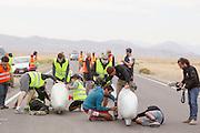 De kwalificaties op maandagochtend. Het Human Power Team Delft en Amsterdam (HPT), dat bestaat uit studenten van de TU Delft en de VU Amsterdam, is in Amerika om te proberen het record snelfietsen te verbreken. In Battle Mountain (Nevada) wordt ieder jaar de World Human Powered Speed Challenge gehouden. Tijdens deze wedstrijd wordt geprobeerd zo hard mogelijk te fietsen op pure menskracht. Het huidige record staat sinds 2015 op naam van de Canadees Todd Reichert die 139,45 km/h reed. De deelnemers bestaan zowel uit teams van universiteiten als uit hobbyisten. Met de gestroomlijnde fietsen willen ze laten zien wat mogelijk is met menskracht. De speciale ligfietsen kunnen gezien worden als de Formule 1 van het fietsen. De kennis die wordt opgedaan wordt ook gebruikt om duurzaam vervoer verder te ontwikkelen.<br /> <br /> The Human Power Team Delft and Amsterdam, a team by students of the TU Delft and the VU Amsterdam, is in America to set a new world record speed cycling.In Battle Mountain (Nevada) each year the World Human Powered Speed Challenge is held. During this race they try to ride on pure manpower as hard as possible. Since 2015 the Canadian Todd Reichert is record holder with a speed of 136,45 km/h. The participants consist of both teams from universities and from hobbyists. With the sleek bikes they want to show what is possible with human power. The special recumbent bicycles can be seen as the Formula 1 of the bicycle. The knowledge gained is also used to develop sustainable transport.