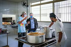 Prefeito Marchezan visita o Centro Social Padre Pedro Leonardi, que desde abril, é responsável por gerir o Prato Alegre na região. São 100 marmitas entregues por dia. FOTO: Jefferson Bernardes/PMPA