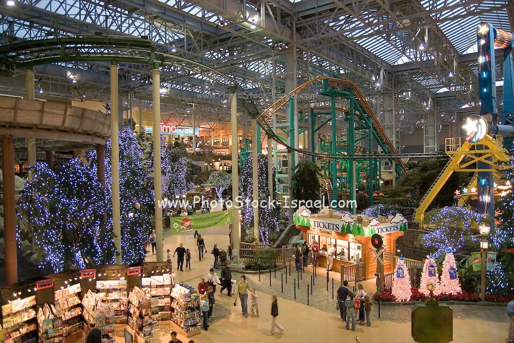"""Minnesota USA, Minneapolis, """"Mall of America"""" pre Christmas shopping in the the largest indoor mall in the U.S November 2006"""