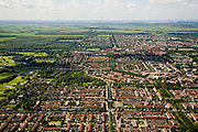 Nederland, Noord-Holland, Purmerend, 14-07-2008; de wijken Purmer Noord (voorgrond) en Purmer Zuid (tweede plan), uitbreiding van Purmerend in polder de Purmer; links het aangelegde (!) bos, Purmerbos, met golfterrein; achter de verstedelijkte polder het nog ongerepte groengebied / Polder de De Wijde Wormer, Zaanstad aan de verre horizon. .luchtfoto (toeslag); aerial photo (additional fee required); .foto Siebe Swart / photo Siebe Swart