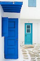 Grece, les Cyclades, Iles Egéennes, Ile de Mykonos, Ville de Chora, ruelles, fenetres et portes bleues // Greece, Cyclades, Mykonos island, Chora, Mykonos town, ruelles, window and doors blues