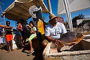 Pirapora_MG, Brasil..Projeto de incentivo a leitura na feira livre de Pirapora, Minas Gerais ..Project to encourage reading at a open market in Pirapora, Minas Gerais..Foto: LEO DRUMOND / NITRO