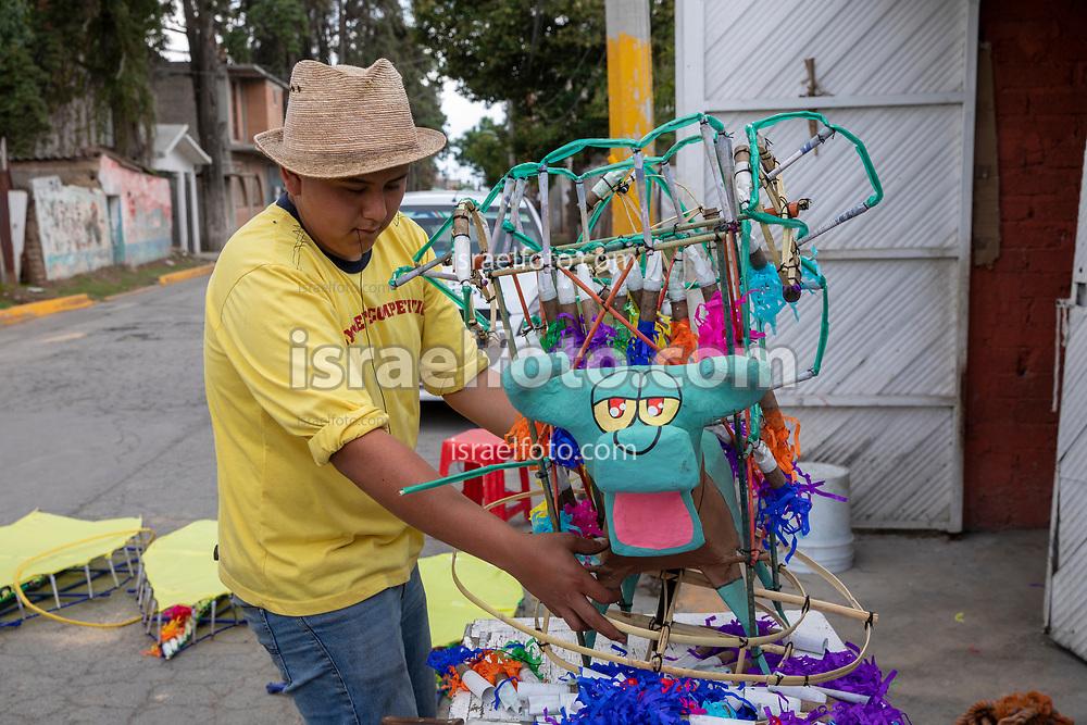 12 junio 2021, Tultepec, México. Un joven arma la sección de un torito  pirotécnico como preparativo de la celebración de la colonia 10 de Junio en Teyahualco.