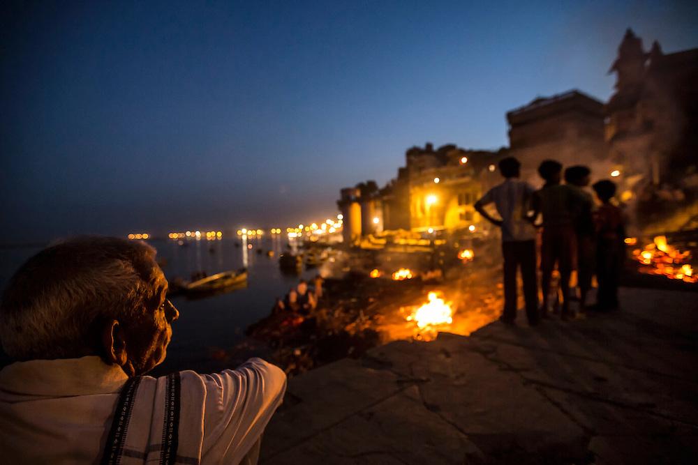 Sur le ghat de Manikarnika, les bûchers brûlent sans interruption