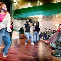 Nederland,Den Haag ,15 januari 2008..Minister Ella vogelaar en voetballer tevens bestuurslid en ambassadeur SVBN Edgar Davids kijken naar een optreden Streetdance en Hiphopact tijdens de Aftrapmiddag Poject 5 mei, Nationale Straatvoetbaldag in Theater Concordia..Amsterdam, 11 Januari 2008 /EZPress/ - Volgende week dinsdag 15 januari 2008 wordt door de Straatvoetbalbond Nederland (SVBN) en minister Ella Vogelaar de aftrap verricht voor wat op 5 mei a.s. zijn hoogtepunt zal vinden in de eerste officiële Nationale Straatvoetbaldag. De kick off zal plaatvinden in Theater Concordia, Den Haag.??Niet toevallig is Bevrijdingsdag uitgekozen als Nationale Straatvoetbaldag. ?Juist deze dag staat symbool voor vrijheid en respect, waarden die samen met twee andere kenmerken van straatvoetbal, samenspel en plezier, de kern vormen van deze immens populaire sport. ??Het 5 mei Straatvoetbaltoernooi van de SVBN wordt gespeeld onder het motto: ?'Schop de bal, schop geen rotzooi!?Straatvoetbal is immers meer dan voetbal alleen. Het is een sociaal gebeuren en een feest op zich waarin muziek, dans, eten, lol maken en met elkaar praten minstens zo belangrijk zijn. Straatvoetbal is voor jongens en meisjes, ongeacht ras, geloof of welk verschil in overtuiging dan ook.