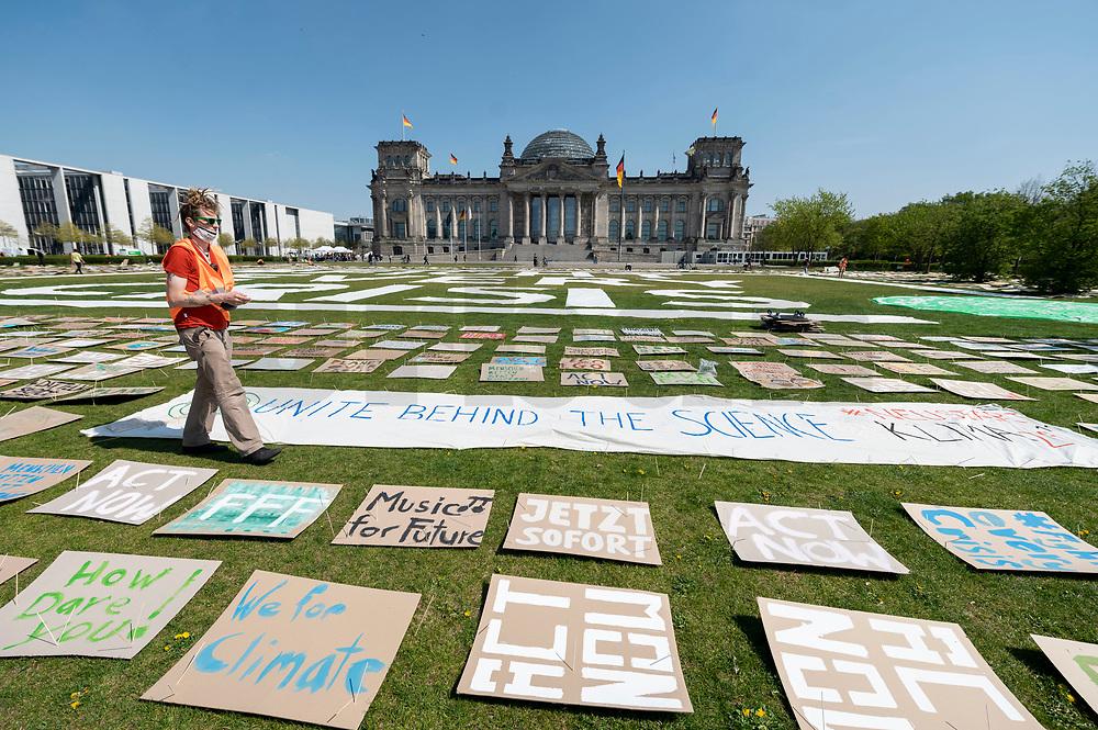 24 APR 2020, BERLIN/GERMANY:<br /> Aktion von Fridays for Future im Rahmen von Netzstreik fuers Klima, #netzstreikfuersklima : Aktivisten befestigen hunderte von Schildern mit Forderungen zur Rettung des Klimas auf dem Platz der Republik vor dem Deutschen Bundestag / Reichstagsgebaeude<br /> IMAGE: 20200424-01-008<br /> KEYWORDS: Demo, Demonstration, Protest, Klimawandel, climate change, action, Corona, #netzstreikfürsklima
