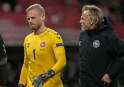 En groggy Kasper Schmeichel (Danmark) forlader banen i pausen, med målmandstræner Lars Høgh, under kampen i Nations League mellem Danmark og Island den 15. november 2020 i Parken, København (Foto: Claus Birch).