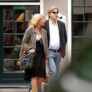 NLD/Laren/20060901 - Bert van der Veer en partner Erna wandelend in Laren