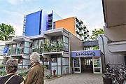 Nederland, Nijmegen, 23-5-2018Gevelplaten van het woon en zorgcentrum de Meiberg in Meijhorst in de wijk Dukenburg zouden volgens een onderzoek van Zembla brandgevaarlijk zijn en niet de brandwerende eigenschappen hebben die opgegeven zijn. Het complex van Woongenoot krijgt onderhoud en is van nieuwe gevelbeplating voorzien .Foto: Flip Franssen