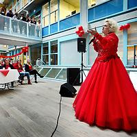 Nederland, Amsterdam , 28 september 2012..Optreden van Karin Bloemen in de polikliniek van het VUmc in het kader van Dress Red Day..Dress Red Day is een jaarlijks terugkerende dag waarop de Hartstichting het Nederlandse publiek uitnodigt om rood te dragen om zo hun betrokkenheid bij het onderwerp te laten zien..Foto:Jean-Pierre Jans