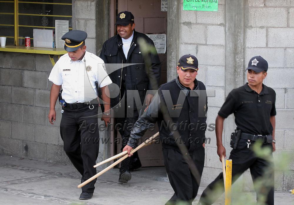 """Zinacantepec, Mex.- Policias del estado salen del centro de readaptacion social para menores infractores """"la quinta del bosque"""" donde esta tarde se registro el enfrentamiento entre reclusos de dos bandas rivales, resultando al menos 5 lesionados. Agencia MVT / Mario Vazquez de la Torre. (DIGITAL)<br /> <br /> NO ARCHIVAR - NO ARCHIVE"""