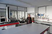 Béatrice dans l'usine de Sodimédical. Elle a 20 ans d'ancienneté dans l'usine. Elle faisait de la saisie informatique dans le laboratoire. Depuis quatre mois les ouvrières de Sodimédical, à Plancy l'Abbaye (10) pointent tous les matins à 7h15 mais à la fin du mois aucun salaire ne tombe. En 2010 le groupe Lohmann & Rauscher a annoncé la fermeture de cette usine de matériel médical et le licenciement de ses 54 salariés pour délocaliser l'activité en Chine. Malgré plusieurs décisions de justice qui ont invalidé les plans sociaux , le groupe ne confie plus de travail aux ouvrières. Sans travail mais aussi sans chômage, les ouvriers sont chaque jour 8 heures à l'usine, tricotant, jouant aux cartes ou marchant en rond dans le parking, en attendant une décision.