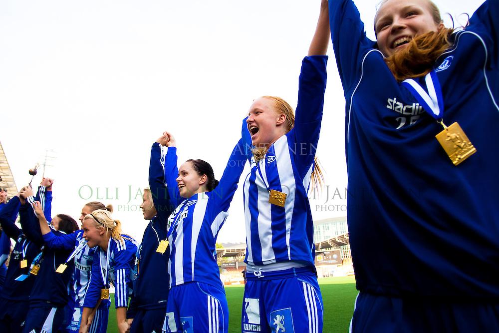 HJK:n Taru Laihanen (KV) ja Nea-Stina Liljedahl (KO) juhlivat joukkueensa mukana naisten Suomen Cupin voittoa 25.9.2010 Sonera Stadiumilla Helsingissä, Suomessa.