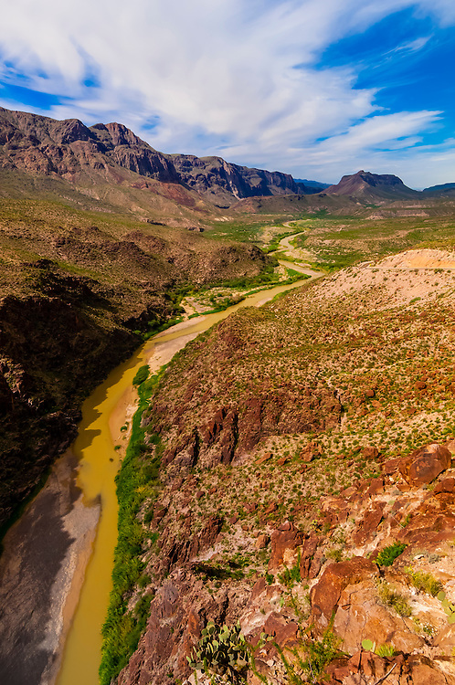 Rio Grande River, which is the border of the USA and Mexico. Mexico is on the left), Big Bend Ranch State Park, Texas USA.