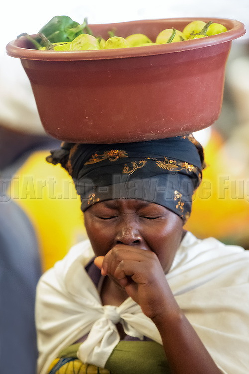 I followed this lady with the viewfiner at a marked in Kigali, Rwanda. I was really impressed  by how she balanced the basket with the food on her head. Then suddenly she sneezed | Jeg fulgte denne damen med kamerasøkeren på et marked i Kigali, Rwanda. Jeg var mektig imponert over hvordan hun balanserte kurven med frukt på hodet. Plutselig nøs hun.