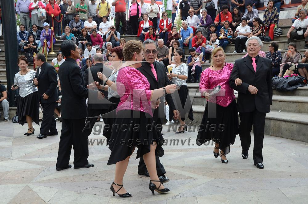 Toluca, Méx.- Grupos de Pensionados y Pensionistas del ISSEMyM en el Estado de México, realizaron taller cultural en la Plaza González Arratia, con bailes, obras de teatro y grupos musicales, así como poesía y canto. Agencia MVT / José Hernández