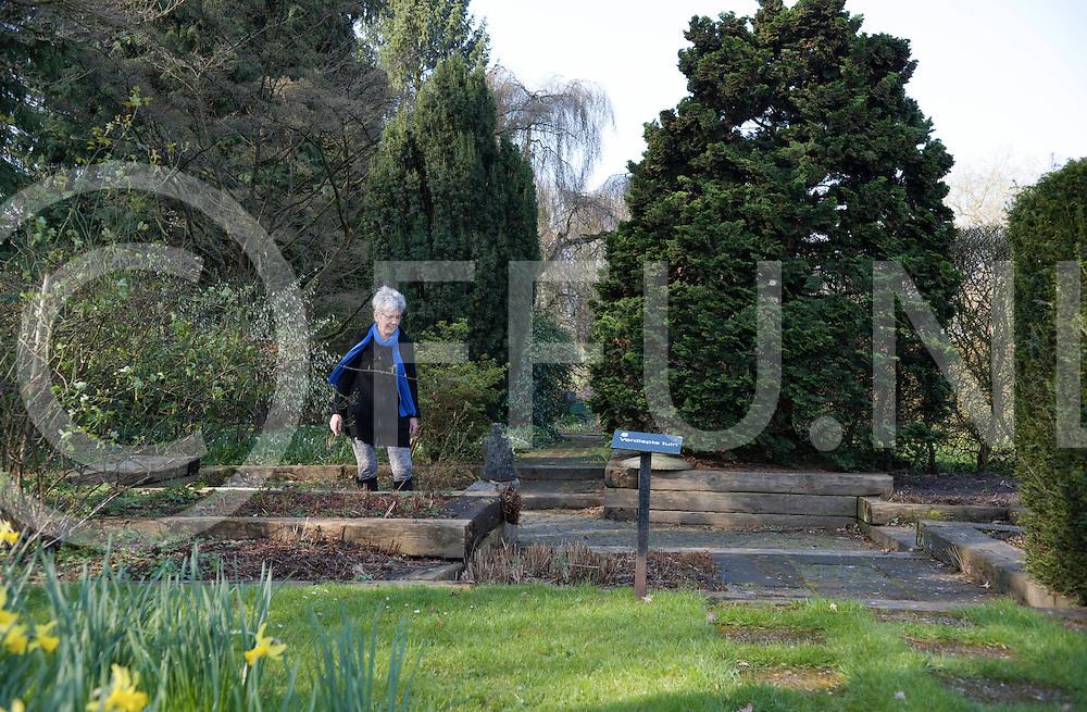 DEDEMSVAART - Tuinen Mien Ruys<br /> Proeftuinen krijgen de status van Rijksmonument.<br /> Foto: Ria Brandwagt in de verdiepte tuin.<br /> FFU PRESS AGENCY COPYRIGHT FRANK UIJLENBROEK