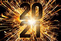 Nyttårsmarkering i form av sprakende stjerneskuddbilde og årstallet 2021.