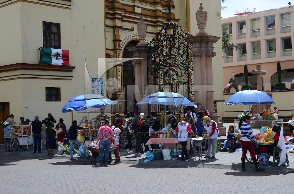 Toluca, México.- Alrededor de 100 comerciantes ambulantes, de por lo menos seis agrupaciones que operan en la zona Terminal-Mercado Juárez, se manifestaron en las calles de la ciudad de Toluca exigiendo les devuelvan su mercancía y los dejen trabajar. Agencia MVT / Arturo Hernández.