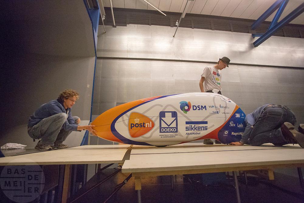 De VeloX4 wordt klaar gemaakt voor de test. In Delft test het Human Power Team Delft en Amsterdam (HPT) hun nieuwe fiets, de VeloX4, in de windtunnel. In september wil het HPT, dat bestaat uit studenten van de TU Delft en de VU Amsterdam, een poging doen het wereldrecord snelfietsen te verbreken, dat nu op 133,8 km/h staat tijdens de World Human Powered Speed Challenge.<br /> <br /> The Human Power Team Delft and Amsterdam (HPT) test their new bike, the VeloX4, in the wind tunnel in Delft. With the special recumbent bike the HPT, consisting of students of the TU Delft and the VU Amsterdam, also wants to set a new world record cycling in September at the World Human Powered Speed Challenge. The current speed record is 133,8 km/h.