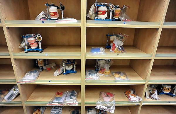 Nederl;and, Nijmegen, 26-9-2011Bij een tandtechnisch lab liggen protheses klaar om aan de tandarts geleverd te worden.Foto: Flip Franssen
