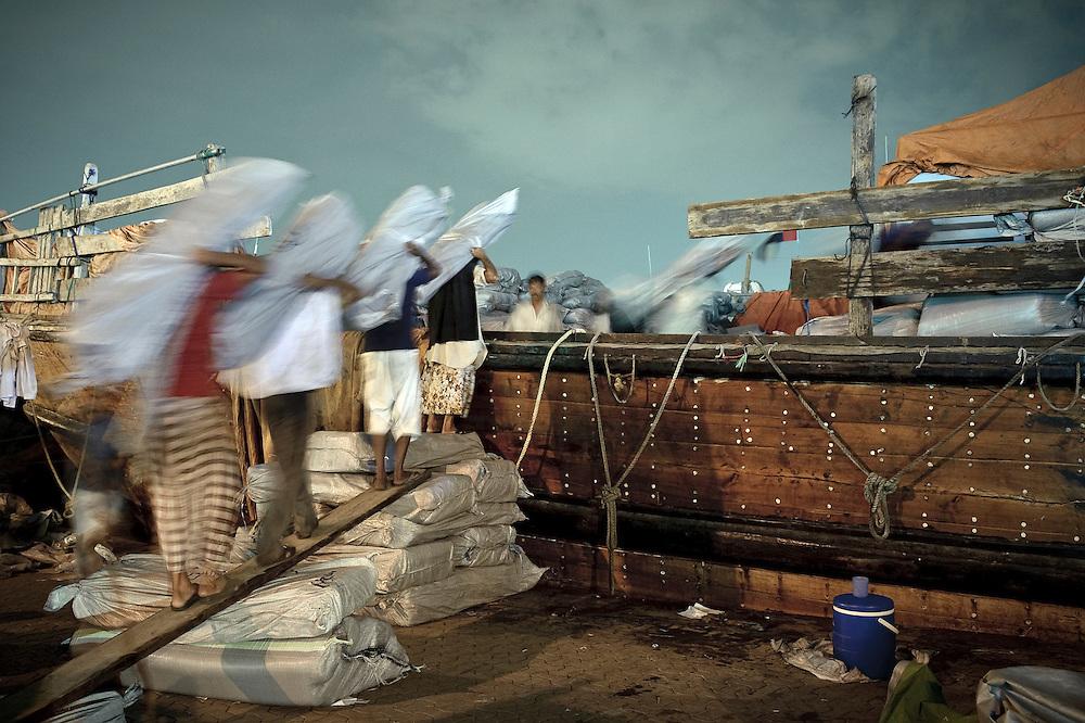 Dubai, United Arabs Emirates, 04 December 2008<br /> Dockers working at the Dubai's creek.<br /> Photo: Ezequiel Scagnetti