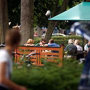 Johnny de Mol eet poffertjers met oma en opa de Mol, grootouders, jr, sr