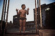 Un bambino osserva cosa accade per strada nel quartiere Tamburi. Christian Mantuano/OneShot