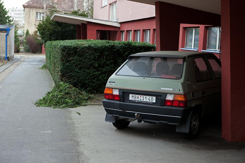 Vor einem Hauseingang geparkter Skoda Favorit in der Stadt Mlada Boleslav wo sich die Skoda Autowerke befinden. Mlada Boleslav liegt noerdlich von Prag und ist ungefaehr 60 Kilometer von der tschechischen Haupstadt entfernt. Skoda Auto beschäftigt in Tschechien 23.976 Mitarbeiter (Stand 2006), den Grossteil davon in der Zentrale in Mlada Boleslav. Damit sind mehr als 3/4 aller Erwerbstätigen der Stadt in dem Automobilkonzern tätig.<br /> <br />                                         In front of a house entrance parked Skoda Favorit in the city of Mlada Boleslav. The city is located north of Prague and about 60 km away from the Czech capital. Skoda Auto has about 23.976 employees (2006) in Czech Republic and a big part of them is working in Mlada Boleslav. 3/4 of the working population in Mlada Boleslav is working for the Skoda Auto company.
