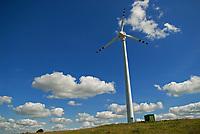Wies Okliny, woj podlaskie, 24.08.2009. N/z turbiny wiatrowe na farmie wiatrowej *** Power Plant Renewable Energy Wind Turbines on Suwalki Region *** fot Michal Kosc / AGENCJA WSCHOD
