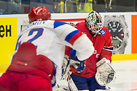 Ishockey<br /> VM 2015<br /> Russland v Norge 6:2<br /> 01.05.2015<br /> Foto: imago/Digitalsport<br /> NORWAY ONLY<br /> <br /> Goalie Lars Volden (NOR) gets hit by the puck in his mask by Artyom Anisimov (RUS).