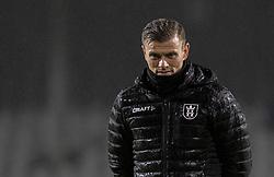 Assistenttræner Mikkel Thygesen (FC Helsingør) ser på opvarmningen før kampen i 1. Division mellem Fremad Amager og FC Helsingør den 21. oktober 2020 i Sundby Idrætspark (Foto: Claus Birch).