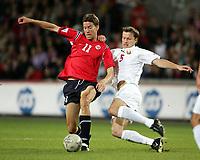 Fotball<br /> VM-kvalifisering<br /> Norge v Hviterussland<br /> Ullevaal stadion<br /> 8. september 2004<br /> Foto: Digitalsport<br /> Petter Rudi, Norge, og Sergei Gurenko, Hviterussland