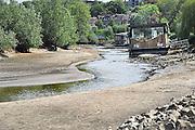 Nederland, Nijmegen, 4-5-2011De waterstand in de rivier de Waal is nog nooit zo vroeg in het jaar zo laag geweest. Woonboten in een rivierarm aan de rand van de stad liggen op het droge.Foto: Flip Franssen/Hollandse Hoogte