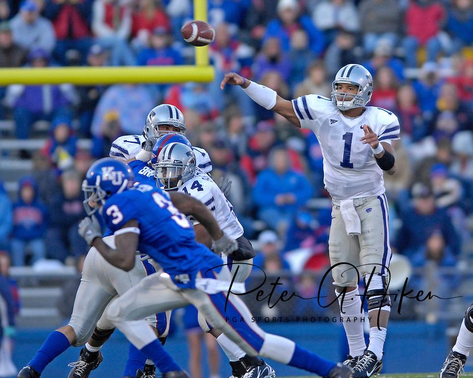 Kansas State quarterback Josh Freeman throws the ball down field in the second half against Kansas at Memorial Stadium in Lawrence, Kansas, November 18, 2006.  Kansas beat K-State 39-20.<br />
