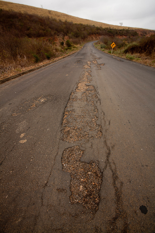 Salinas_MG, Brasil...Mas condicoes de um trecho da BR 342 em Salinas, Minas Gerais...Bad conditions in the highway BR 342 in Salinas, Minas Gerais...Foto: LEO DRUMOND / NITRO