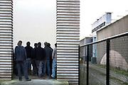 Nederland, Vught, 15-11-2018Het nationaal monument kamp Vught, waar in de 2e wereldoorlog joden en andere door de bezetter gevangen genomen mensen werden opgesloten en van hieruit getransporteerd naar vernietigingskampen. Hetv kamp ligt pal naast de justitiele inrichting, EBI, gevangenis waar ook terreurverdachten opgeloten zitten . Een groep jongens van een school krijgt een rondleiding, excursie, over het terrein, scholieren, jongeren,jeugd .Foto: Flip Franssen
