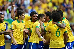 Neymar Jr. comemora com os colegas após marcar gol durante a partida contra o Japão, válida pela primeira rodada da Copa das Confederações, no Estádio Nacional Mané Garrincha, em Brasília. FOTO: Jefferson Bernardes/Preview.com