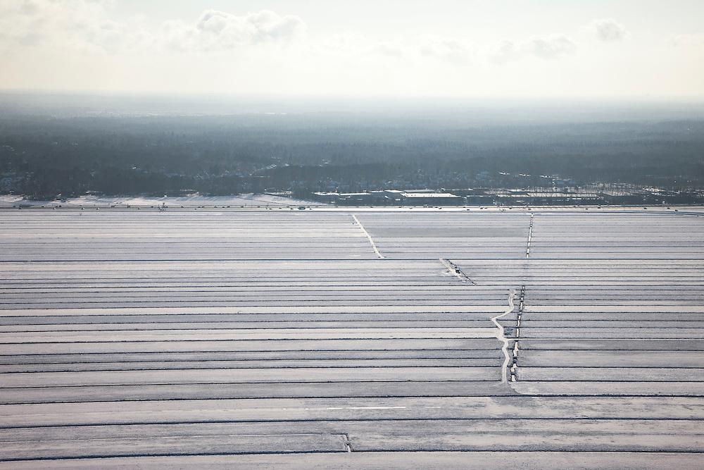 Nederland, Utrecht, Gemeente Bunschoten, 31-01-2010; besneeuwde polders tussen Spakenburg en Eemnes, gezien naar Rijksweg A1 bij Baarn. Zuidpolder te Veld, een van de laatste open polderlandschapppen in de Randstad, snelwegpanorama..Snowy polders between Spakenburg Eemnes, seen in the direction of motorway A1, near Baarn. Flevoland at the horizon. One of the last open polder landscapes in the Randstad.luchtfoto (toeslag), aerial photo (additional fee required).foto/photo Siebe Swart