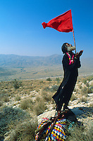 Pakistan. La fete des soufis. Province du Sind et du Balouchistan. Pelerinage soufi de Lahoot. Shen Faqir Lahooti fait ici son 40 eme pelerinage. // Pakistan, Sind, sufi pilgrimage of Lahoot, man holding flag outdoors.