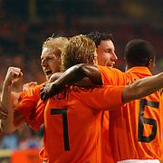 NLD/Amsterdam/20060301 - Voetbal, oefenwedstrijd Nederland - Ecuador, Dirk Kuyt word gefeliciteerd met zijn doelpunt door o.a. Martijn Meerdink en Mark van Bommel