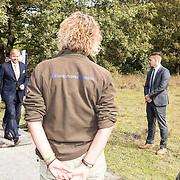 NLD/Hoogeveen/20190918 - Koningspaar brengt bezoek Zuid-west Drenthe, Koning Willem Alexander en Koningin Maxima poseren op het Dwingelderveld en praten met medewerkers Natuurbeheer